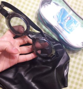 Очки и шапочка для плавания