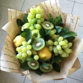 Фруктовый букет с виноградом, киви, лимоном