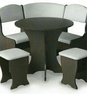 Кухонный уголок с круглым столом