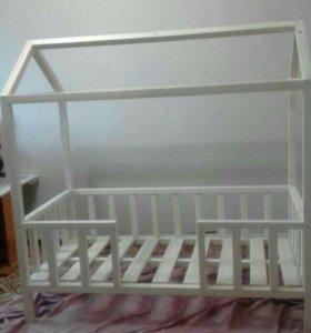 Детская кроватка-домик.