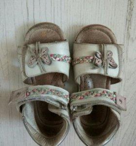 Кроксы и кожаные сандалии