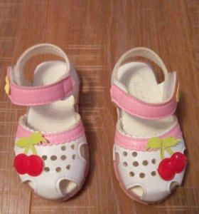 Платье с вишенками и сандали