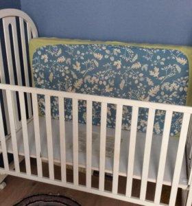 Кроватка из дерева+матрас+комод пеленальный стол