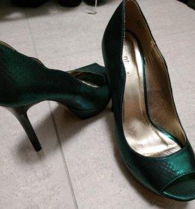 Зеленые туфли на высоком каблуке