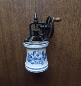 Керамическая ручная мельница.