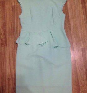Платье мятное с баской (новое)