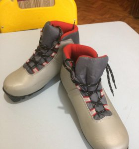 37 р. Лыжные ботинки.