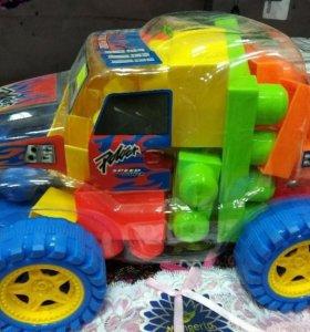 Машинка с конструктором внутри