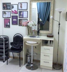 Стол и зеркало
