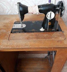 Швейная машинка б/у . Торг.