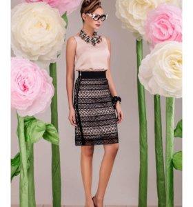 Элегантный комплект из платья и кружевной юбки