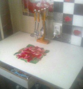 Стол кухонный в хорошем состоянии