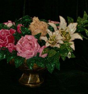 Букет роз и лилий из бисера в вазе.Подарок.Сувенир