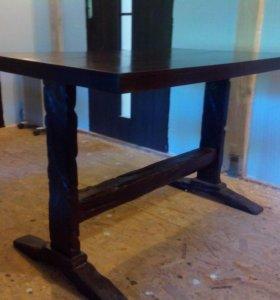 Деревянный стол и лавочка