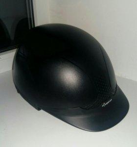 Шлем для конного спорта.