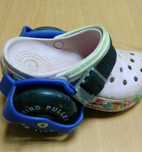 Колёсики превращают любую обувь в ролики.