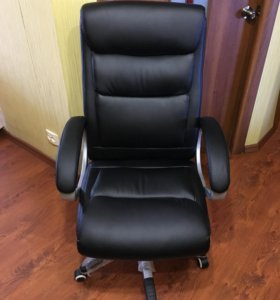 Офисное кресло руководителя, черное