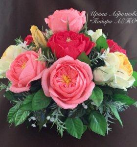 Корзинка с розами Остина и конфетами