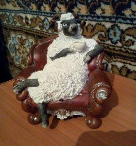 Фигурка баран в кресле