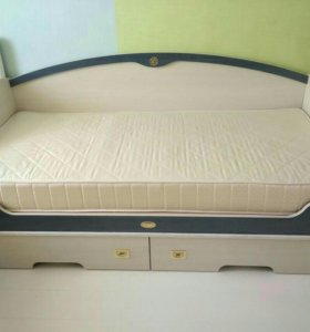 Кровать детская( с матрасом)