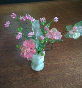 Декоративная вазочка с цветами