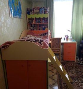 Детская кровать с выдвижным столом и комод
