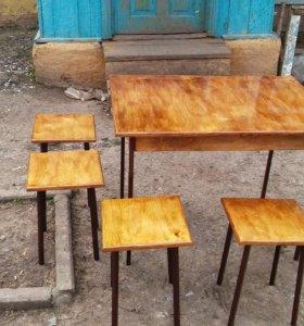 Обеденный стол и табуретки