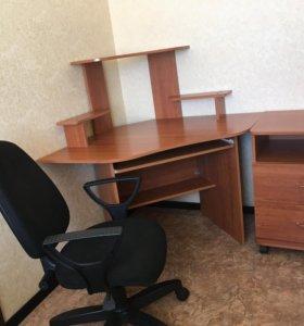 Стол компьютерный и стул поворотный