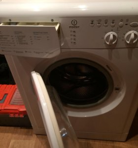 Новая узкая стиральная машина