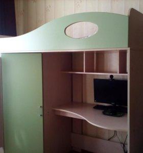 Двух ярусная кровать вмещает в себя стол и шкаф
