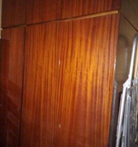 Продам шкаф трехстворчатый с антресолью