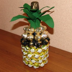Бутылка-ананас из конфет