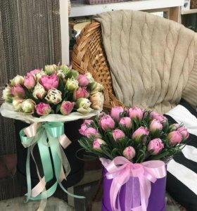 Шляпная коробка наполненная тюльпанами