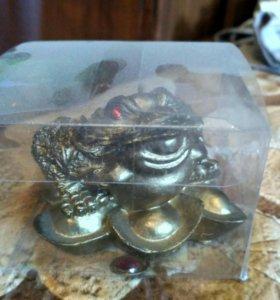 Лягушка с монеткой .