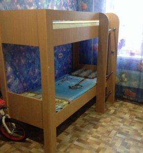 Двухъярусная кровать и два матрасса
