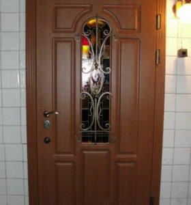 Дверь с кованными элементами.