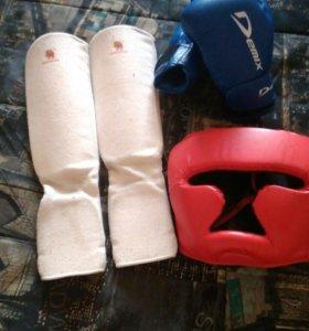 шлем, боксерские перчатки, щитки на голень
