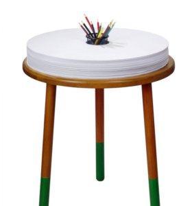 Детский столик с бумагой для рисования
