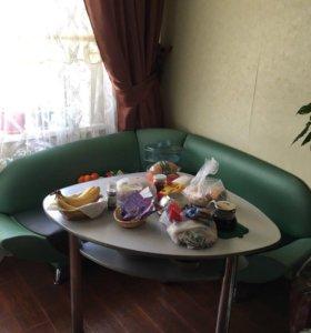 Кухонный уголок (стол и диван)