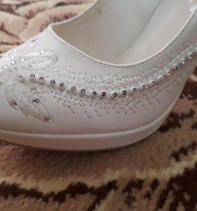Свадебные туфли, одевала всего на час.