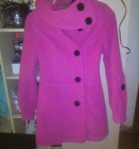 продам хорошее пальто на девочку размер 40