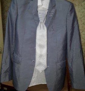 Мужской костюм и рубашка на торжество.