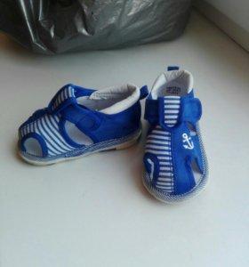 Продам сандалии на мальчка