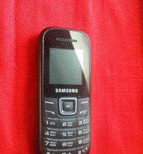 Мобильный телефон Самсунгс фирменным зарядником.