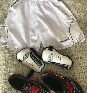Футбольная форма: шорты, бутсы для зала и щитки.