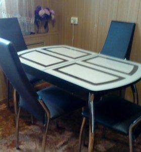 Стол раздвижной и четыре стула.