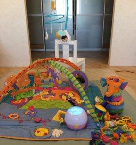 Развивающий коврик, мобиль и игрушки для малыша.