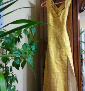 Классическое вечернее платье из золотой парчи