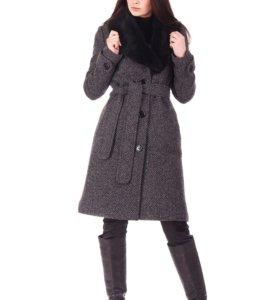 Пальто шерстяное с натуральным меховым воротником