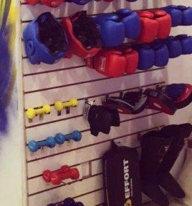 Перчатки, шлема , груши , гантели , макивары .